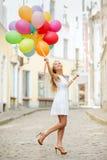 Frau mit bunten Ballonen Stockbilder
