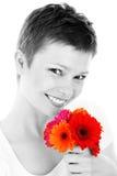 Frau mit bunten Blumen Stockbild