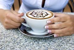 Frau mit Cappuccino Stockfotografie