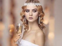 Frau mit Champagner an der Partei Lizenzfreie Stockbilder