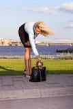 Frau mit Chihuahua. Lizenzfreies Stockfoto