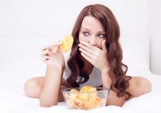Frau mit Chips Stockbild