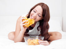 Frau mit Chips lizenzfreie stockbilder