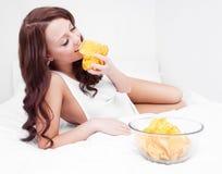Frau mit Chips stockfotografie