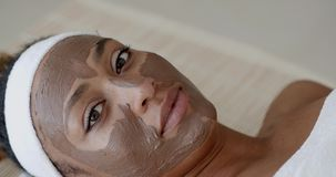 Frau mit Clay Facial Mask In Spa stock video