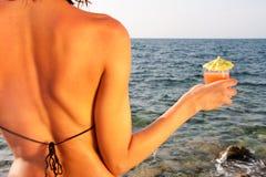 Frau mit Cocktail Lizenzfreie Stockfotos