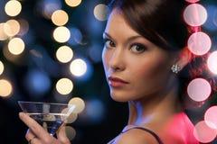 Frau mit Cocktail Stockfoto