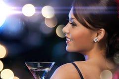 Frau mit Cocktail stockfotos