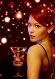 Frau mit Cocktail lizenzfreies stockbild