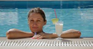 Frau mit Cocktail im Pool stock footage