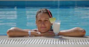 Frau mit Cocktail im Pool stock video footage
