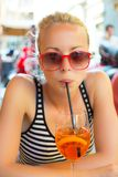 Frau mit Cocktail im Straßenkaffee Stockfotos