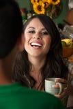 Frau mit Cofee oder Tee-und Mannesbegleiter stockbilder