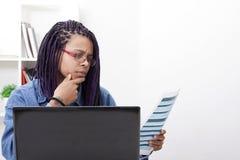 Frau mit Computer Lizenzfreie Stockfotos