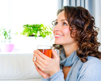 Frau mit Cup heißem Tee Stockbilder