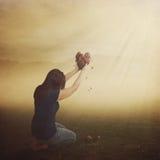 Frau mit defektem Herzen. Lizenzfreie Stockfotografie