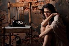 Frau mit dem alten Telefon Stockbild