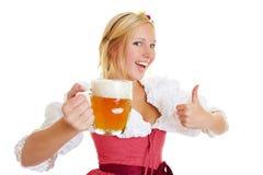 Frau mit dem Bier, das Daumen hochhält Lizenzfreies Stockfoto