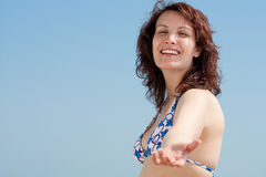 Frau mit dem Bikini, der eine Hand verleiht Lizenzfreies Stockfoto
