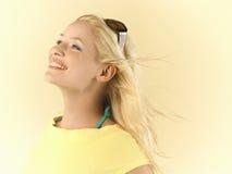 Frau mit dem blonden Haar, das im Wind durchbrennt Stockfotografie