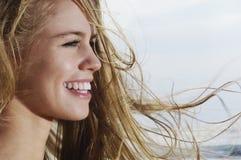 Frau mit dem blonden Haar, das im Wind durchbrennt Lizenzfreie Stockbilder