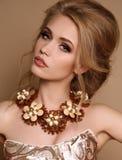 Frau mit dem blonden Haar und helles Make-up mit luxuriöser Halskette Stockfoto
