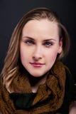Frau mit dem blonden Haar und Schal auf dunklem backgroun Lizenzfreies Stockfoto