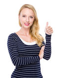Frau mit dem Daumen oben Lizenzfreie Stockfotos