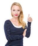 Frau mit dem Daumen oben Lizenzfreies Stockfoto