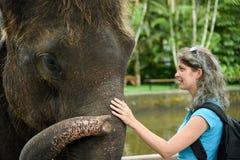 Frau mit dem Elefanten Stockfotografie