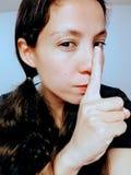 Frau mit dem Finger angehoben Stockfotos