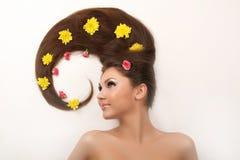 Frau mit dem flüssigen Haar lizenzfreie stockbilder