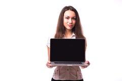 Frau mit dem freundlichen glücklichen Lächeln, das eine Laptop-Computer hält Lizenzfreies Stockbild