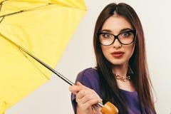 Frau mit dem gelben Regenschirmlächeln stockfotos