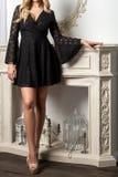 Frau mit dem gelockten Haar in einem Kleid stockfoto