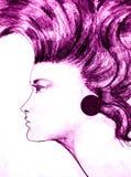 Frau mit dem gelockten purpurroten Haar Lizenzfreies Stockfoto