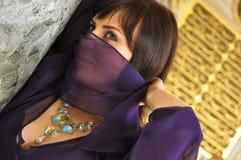 Frau mit dem Gesicht bedeckt in der arabischen Ausstattung Lizenzfreie Stockfotos