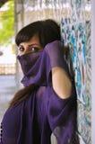 Frau mit dem Gesicht bedeckt im türkischen Palast. Stockbild