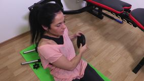 Frau mit dem Gewicht, das Übungen für ABS tut stock video footage