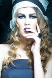 Frau mit dem glänzendem gelockten Haar und Kopfbedeckung Lizenzfreies Stockfoto
