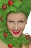 Frau mit dem grünen Haar und den Erdbeeren auf ihnen Stockbild