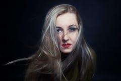 Frau mit dem Haar, das in der Windnahaufnahme flattert Lizenzfreie Stockfotos