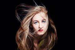 Frau mit dem Haar, das im Wind flattert Stockfotografie