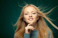Frau mit dem Haar, das im Wind flattert Stockfoto