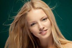 Frau mit dem Haar, das im Wind flattert Stockfotos
