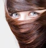 Frau mit dem Haar um die Augen Lizenzfreies Stockfoto