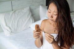 Frau mit dem Haar und Kamm in der Hand Haarausfallkonzept stockbild