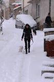 Frau mit dem Hund im Winter Lizenzfreie Stockfotos