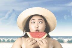 Frau mit dem Hut, der Wassermelone hält Lizenzfreie Stockfotos