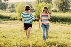 Frau mit dem jugendlich Gehen der Tochter in Natur Stockbild